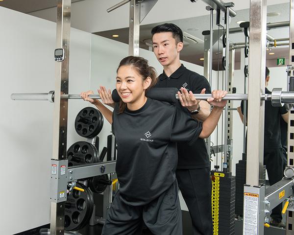 パーソナルジムでトレーニングする女性