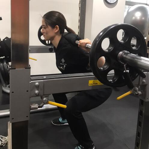 トレーニングする女性パーソナルトレーナー