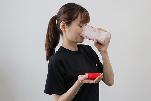 プロテイン飲む女性