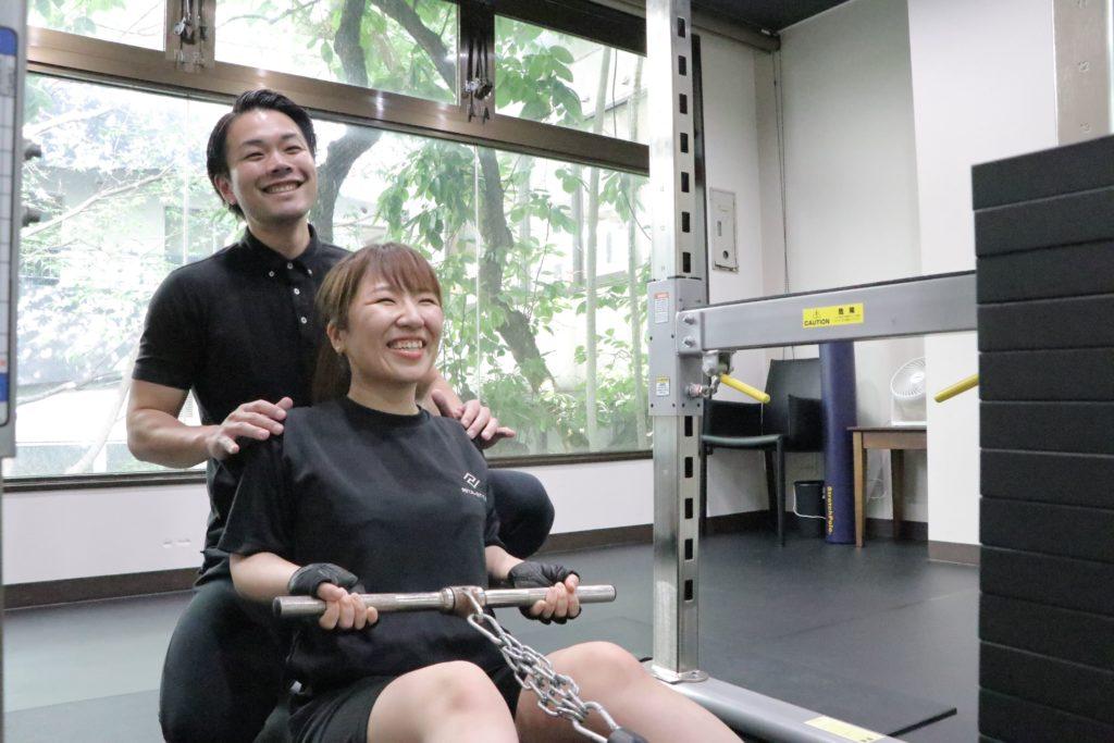 パーソナルトレーニングする女性
